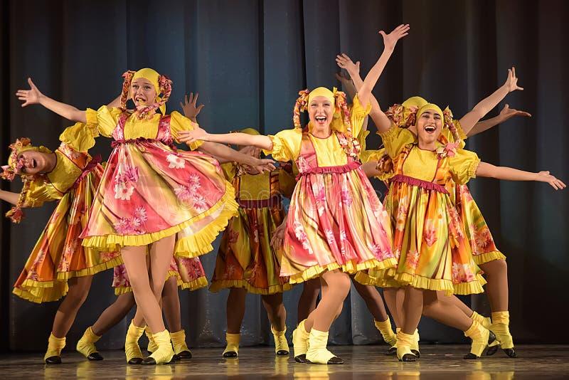 La représentation théâtrale des enfants du groupe de danse dans des costumes nationaux photographie stock
