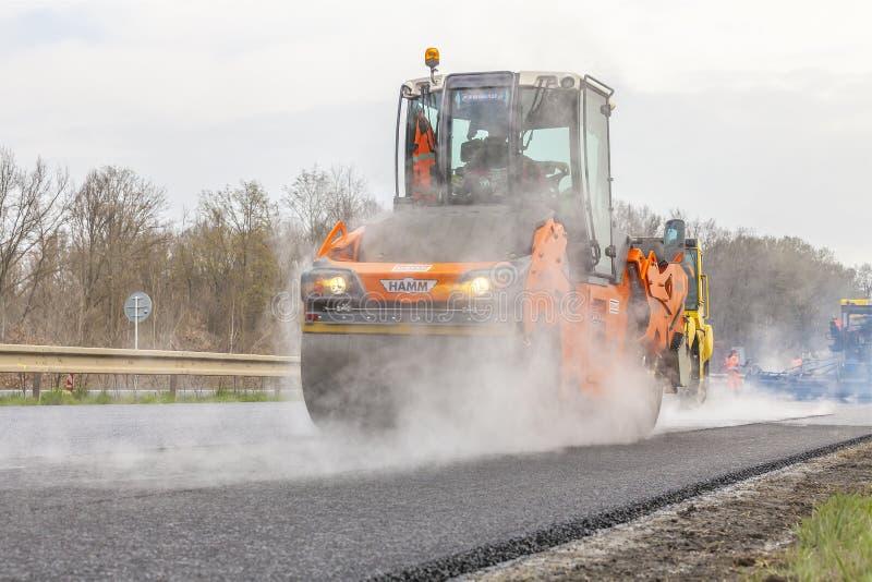 LA REPUBBLICA CECA, PLZEN, IL 7 MAGGIO 2016: Macchina dell'asfalto e rullo di diffusione di vibrazione ai lavori stradali della p immagine stock