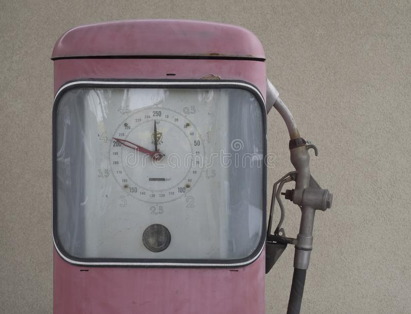 La repubblica Ceca, Praga, il 15 aprile 2018: chiuda sul retro dispositivo di pompaggio rosa della stazione di servizio a partire fotografia stock