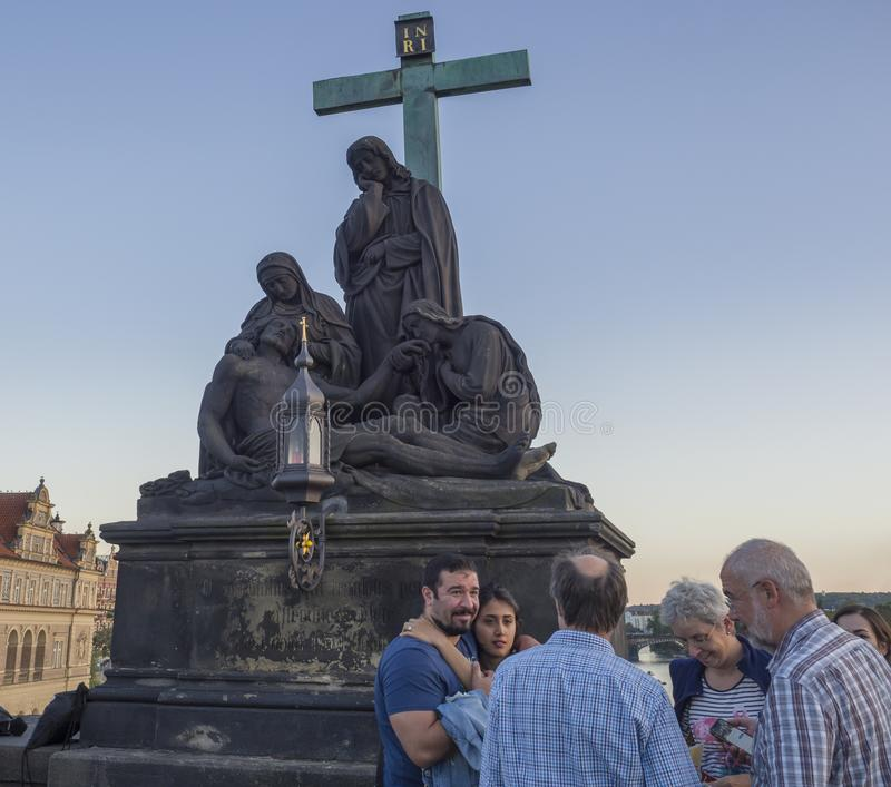La repubblica Ceca, Praga, l'8 settembre 2018: Foto takeing della famiglia davanti alla statua del Pieta in Charles Bridge The fotografia stock libera da diritti