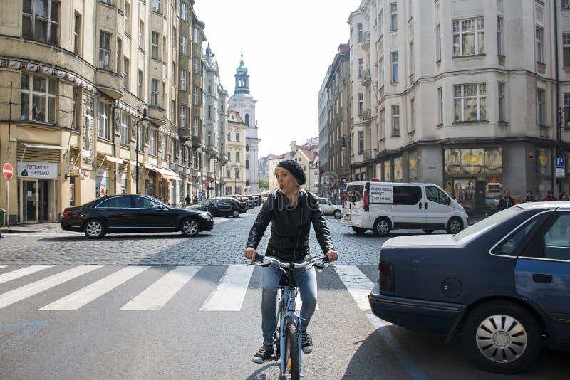 La repubblica Ceca Praga 11 04 2014: Ragazza che cicla nella refrigerazione femminile della città del capitol un giorno soleggiat immagine stock libera da diritti