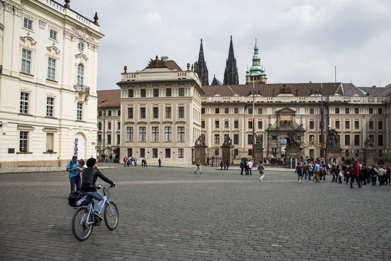 La repubblica Ceca Praga 11 04 2014: Ragazza che cicla nella refrigerazione femminile della città del capitol un giorno soleggiat fotografia stock