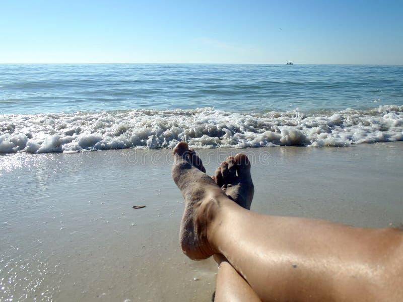La resaca del golfo en la playa descalza, Estero, la Florida fotos de archivo