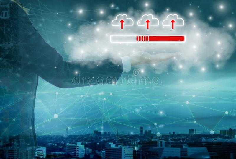La rete astuta della nuvola e della città, icona della tenuta della donna di affari si carica nei grandi dati del sistema, con In immagini stock libere da diritti