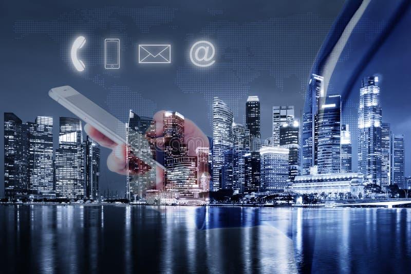 La rete di comunicazione della tecnologia ed il concetto di informazioni di indirizzo del contatto, la doppia esposizione della d fotografia stock