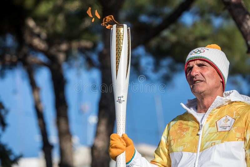 La retransmisión de antorcha de las olimpiadas de invierno llegó en Salónica foto de archivo