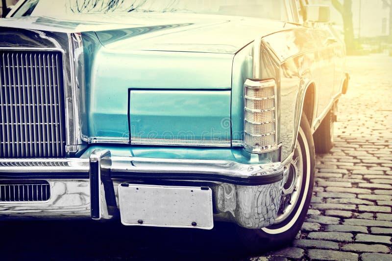 La retro automobile d'annata ha parcheggiato in vecchia via della città fotografia stock