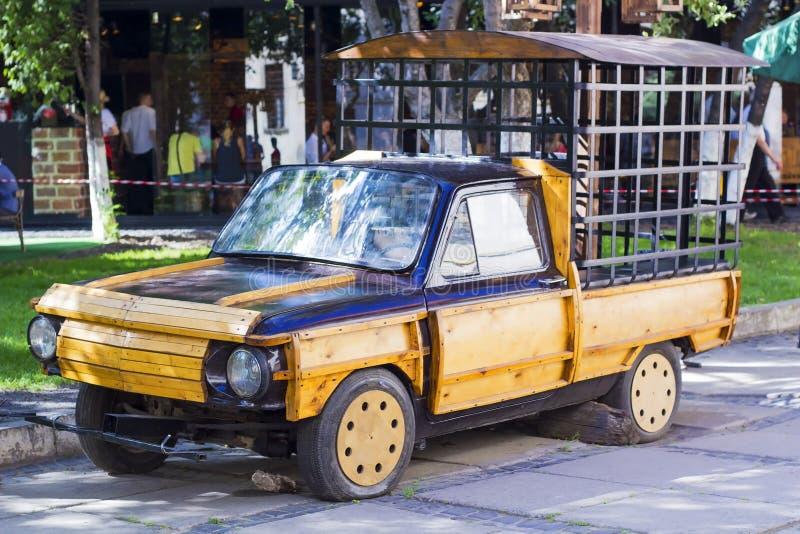 La retro automobile ha scheggiato il legno con una gabbia di ferro per i prigionieri del trasporto fotografia stock