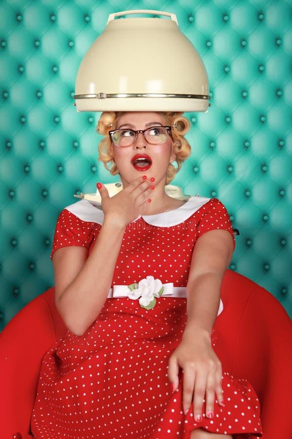 La retro donna alla moda che ha suoi capelli si è asciugata immagini stock libere da diritti