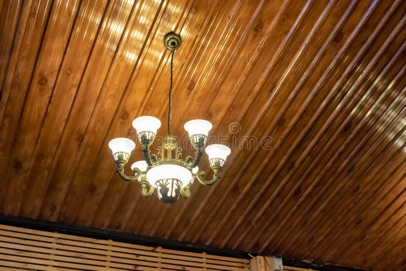 La retro lampada del candeliere illumina l'attaccatura sul soffitto fotografia stock