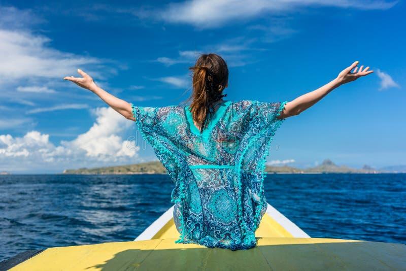 La retrovisione di una giovane donna che gode delle vacanze estive in Flores è immagini stock