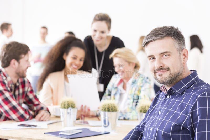 La reunión de la gestión no tiene que ser seria fotografía de archivo libre de regalías