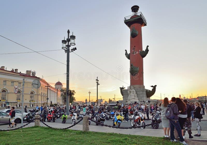 La reunión de motoristas en el escupitajo de la isla de Vasilievsky en imagen de archivo libre de regalías