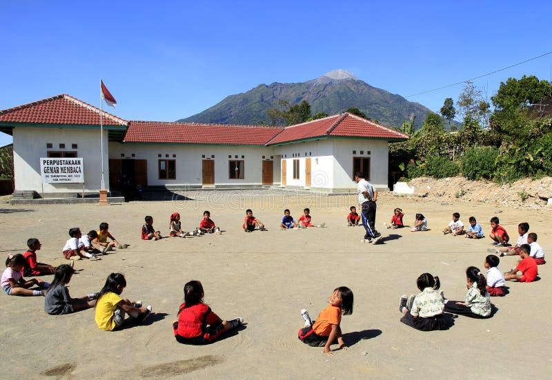 La riabilitazione per chlidren dopo l'eruzione del monte Merapi fotografie stock libere da diritti