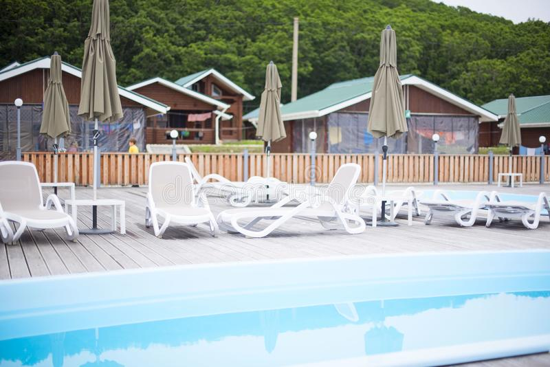 La ricreazione della ricreazione del country club si rilassa l'ombrello di legno della chaise-lounge del sole degli alberi forest immagine stock