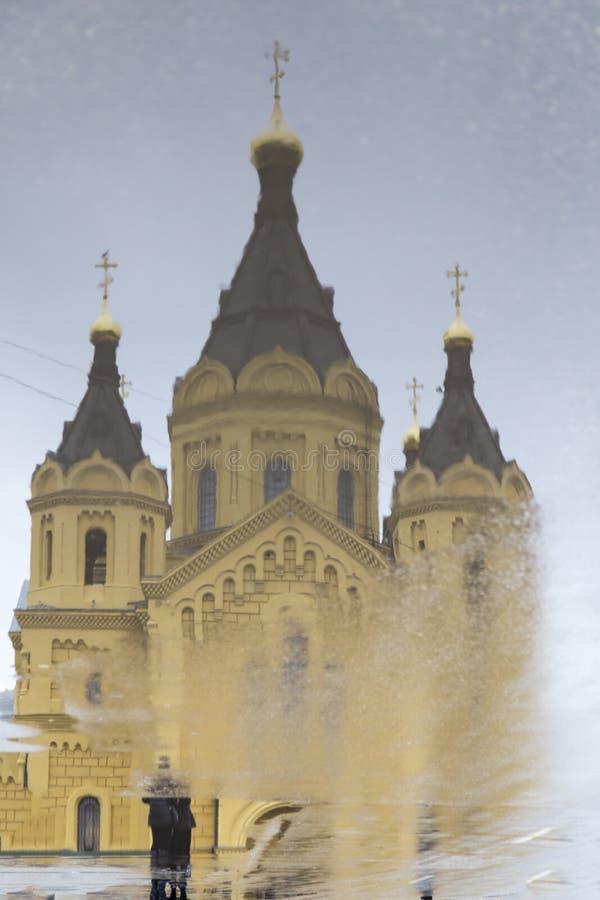 La riflessione del nevski della st, cattedrale di alexander in Nižnij Novgorod, Federazione Russa fotografie stock libere da diritti