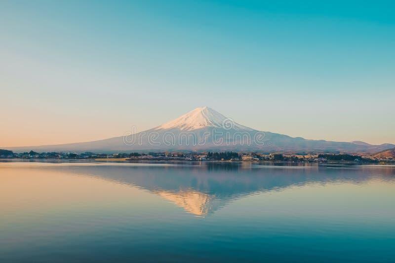 La riflessione della montagna di Fuji con neve ha ricoperto di mattina l'alba al kawaguchiko del lago, Yamanashi, Giappone punto  fotografie stock libere da diritti