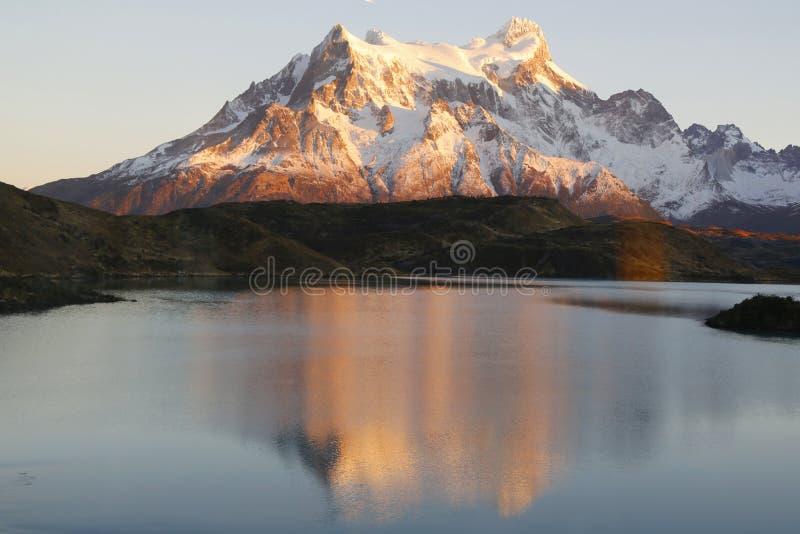 La riflessione di Majestic Cuernos del Paine durante l'alba in lago Pehoe nel parco nazionale di Torres del Paine, Patagon fotografia stock libera da diritti
