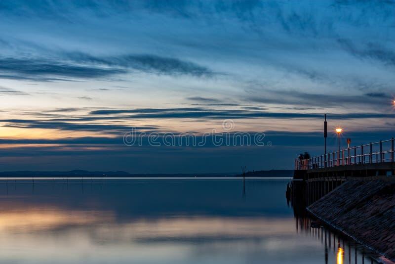 La riflessione sull'acqua di tramonto immagine stock