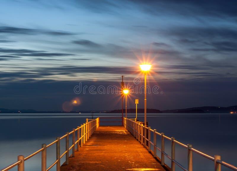 La riflessione sull'acqua di tramonto fotografia stock