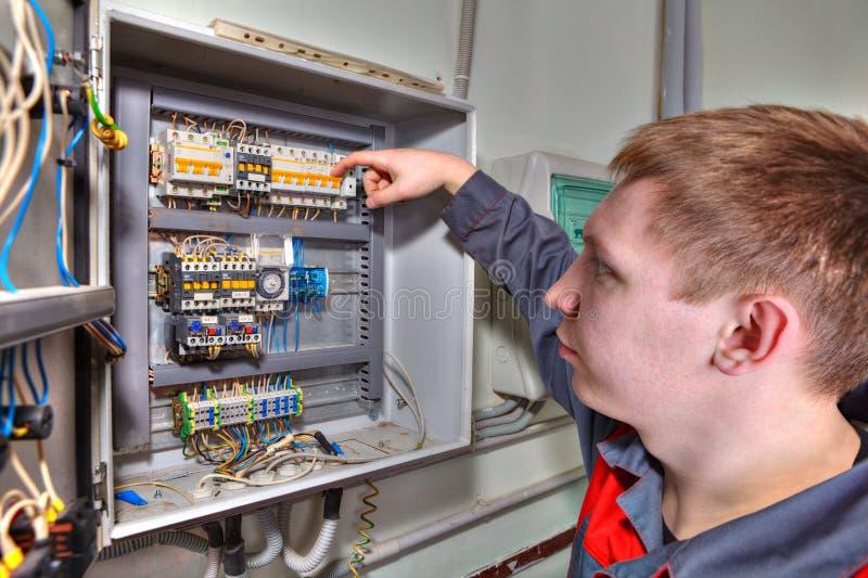 La riparazione del centralino, elettricista dell'ingegnere ispeziona il fusibile BO fotografia stock libera da diritti