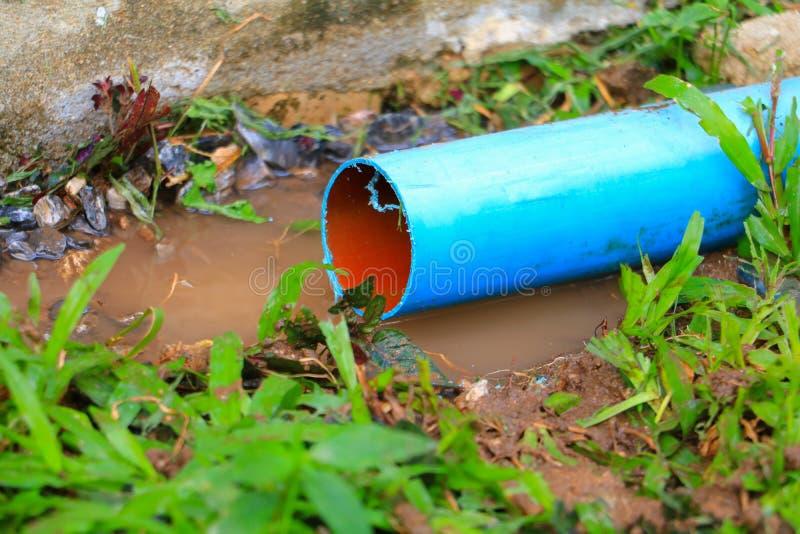 La riparazione di plastica del tubo del PVC ha tagliato fuori di un cantiere fotografia stock