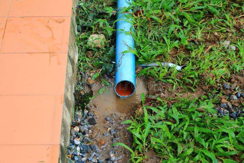 La riparazione di plastica del tubo del PVC ha tagliato fuori di un cantiere immagine stock libera da diritti