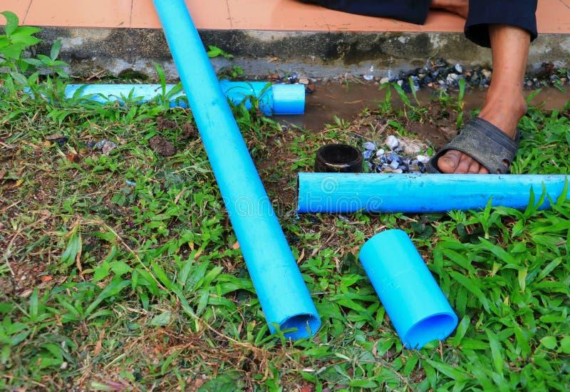 La riparazione di plastica del tubo del PVC ha tagliato fuori di un cantiere fotografia stock libera da diritti