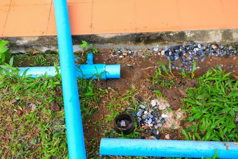 La riparazione di plastica del tubo del PVC ha tagliato fuori di un cantiere immagine stock
