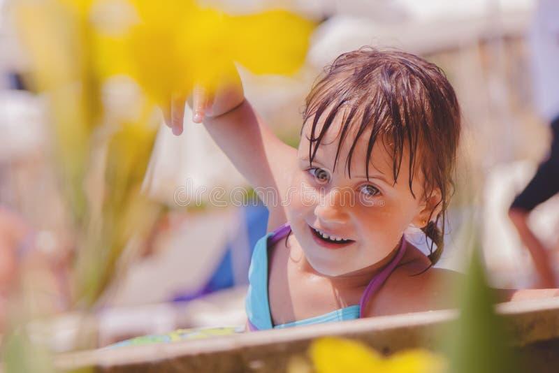 La risa es el indicador más grande de la felicidad de un niño Muchacha linda del pequeño niño que se divierte en piscina Ni?o que imagenes de archivo