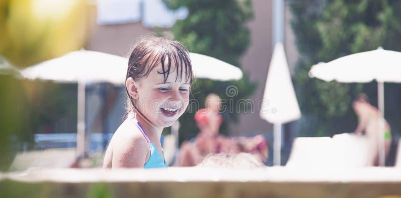 La risa es el indicador más grande de la felicidad de un niño Retrato del día de fiesta del niño del verano en el agua foto de archivo