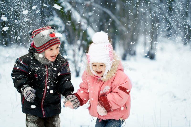 La risa feliz embroma en un bosque nevoso hermoso del invierno fotografía de archivo