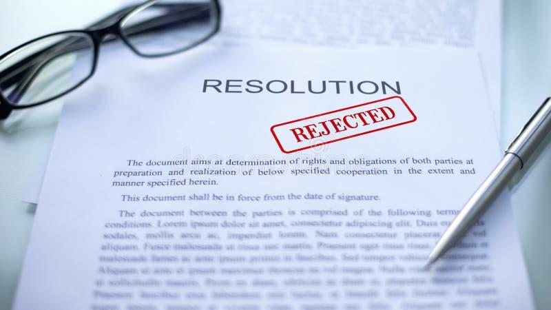 La risoluzione ha rifiutato, guarnizione ha timbrato sul documento ufficiale, contratto di affari immagini stock libere da diritti