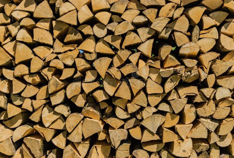 La risorsa rinnovabile per energia, legno spaccato accatastato della foresta registra fotografia stock