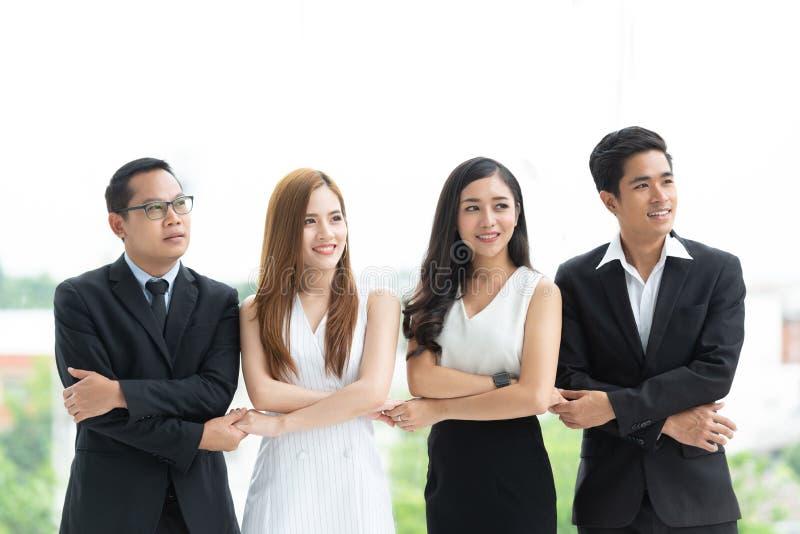 La riuscita gente di affari asiatica sta tenendo per mano  fotografia stock libera da diritti