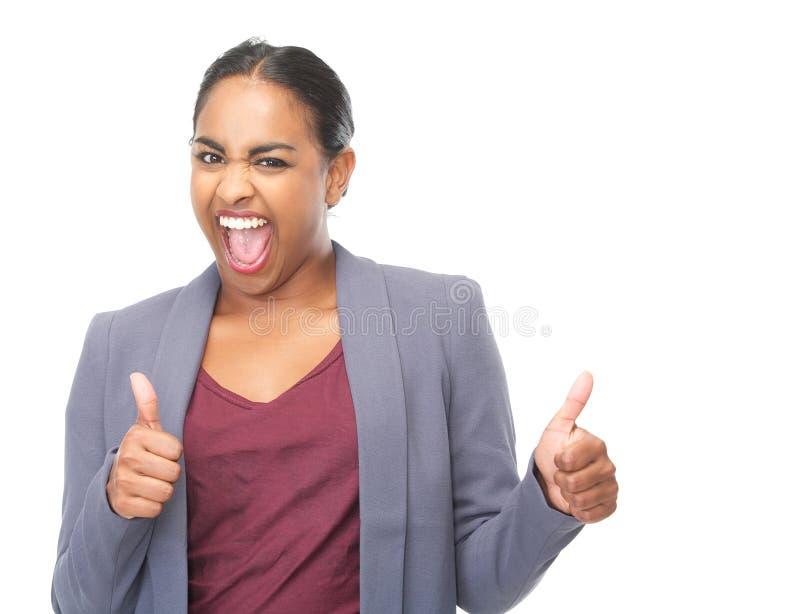 La riuscita giovane donna con i pollici aumenta il gesto fotografie stock libere da diritti