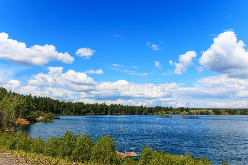 La riva del lago un giorno soleggiato fotografia stock