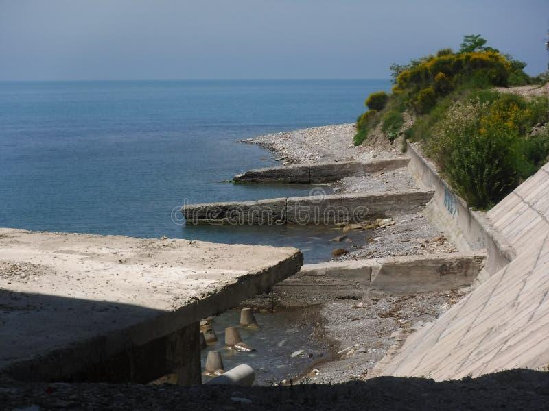La riva e le varie costruzioni nel villaggio di Volkonskaya sulla costa di Mar Nero, la maggior regione di Soci immagini stock