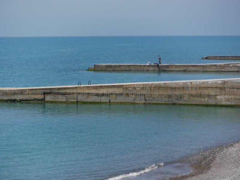 La riva e le varie costruzioni nel villaggio di Volkonskaya sulla costa di Mar Nero, la maggior regione di Soci fotografia stock