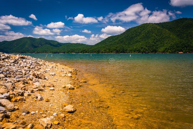 La riva rocciosa del lago Watauga, in foresta nazionale cherokee, T immagine stock