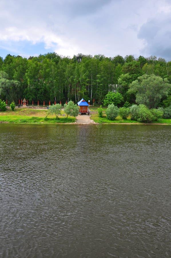 La riva sinistra del fiume di Oka in Tarusa, regione di Kaluga, Russia immagini stock
