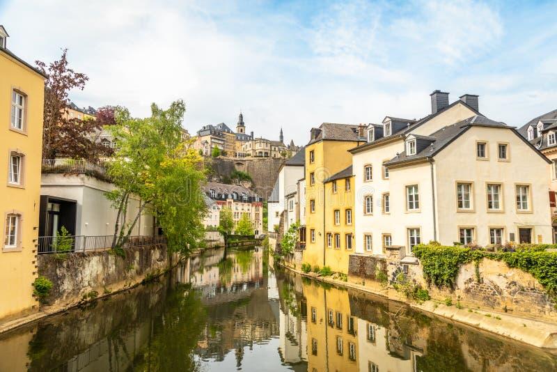 La rivière Alzette se courbe avec des maisons reflétées dans l'eau et la cathédrale sur la colline, ville de Luxembourg, Luxembou image stock