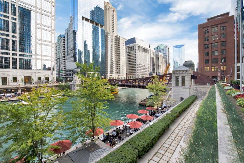 La rivière Chicago du nord Riverwalk sur la branche du nord la rivière Chicago i image stock