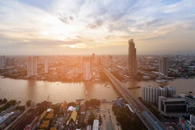 La rivière croisent plus de le centre ville d'affaires de ville image libre de droits