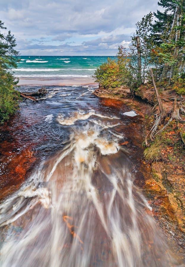 La rivière d'ouragan rencontre le lac Supérieur image stock