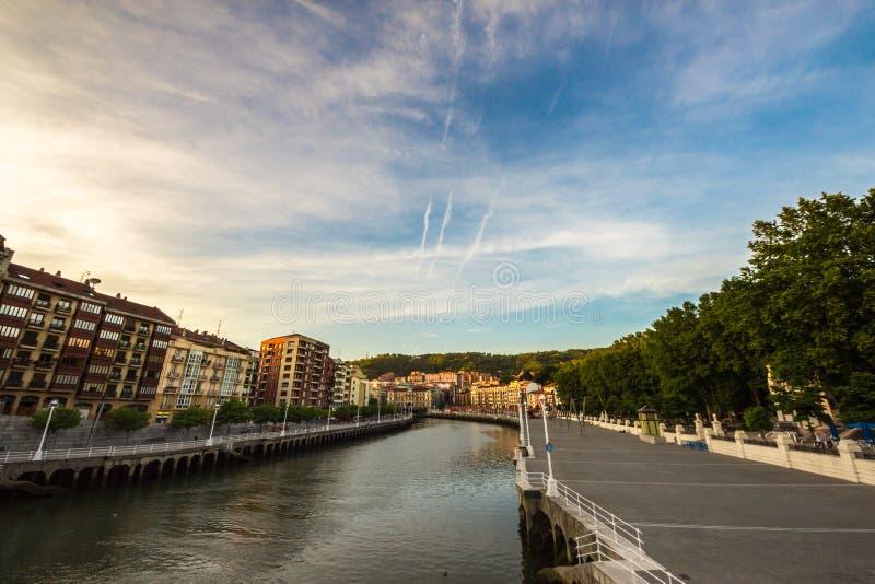 La rivière de Bilbao dans une soirée d'été photo libre de droits