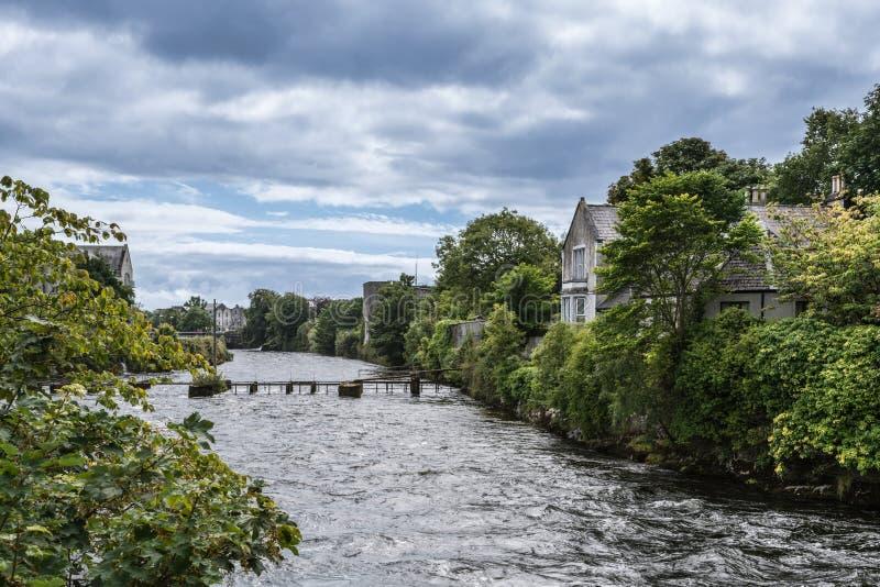 La rivière de Corrib se précipite par Galway, Irlande photographie stock