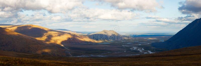 La rivière de forêt de montagne de saisons d'été d'automne opacifie la nature sauvage de long panorama de bannières de paysage photos libres de droits