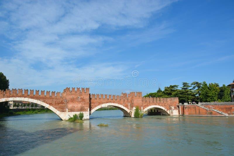 la rivière de l'Adige à Vérone croise le pont de Pietra photos stock