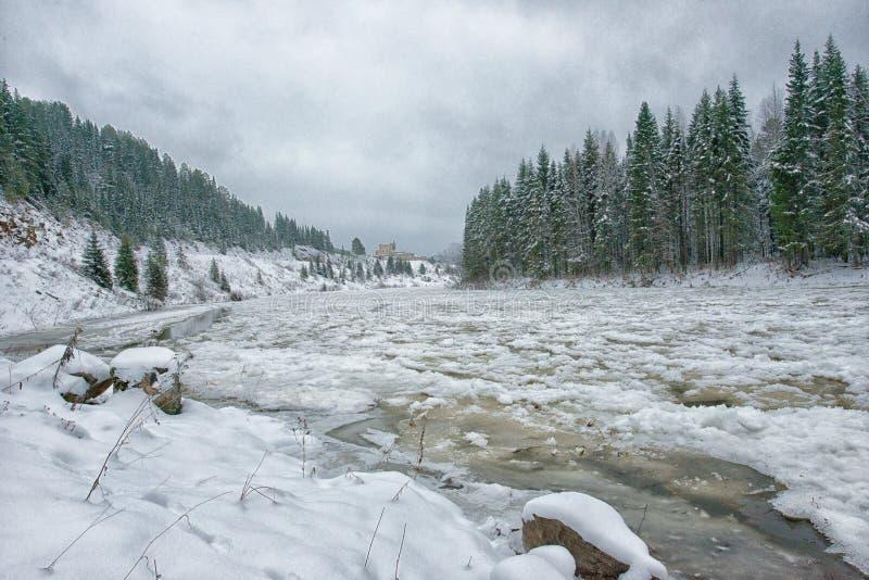 La rivière de montagne gèle l'eau au-dessus de la glace photographie stock